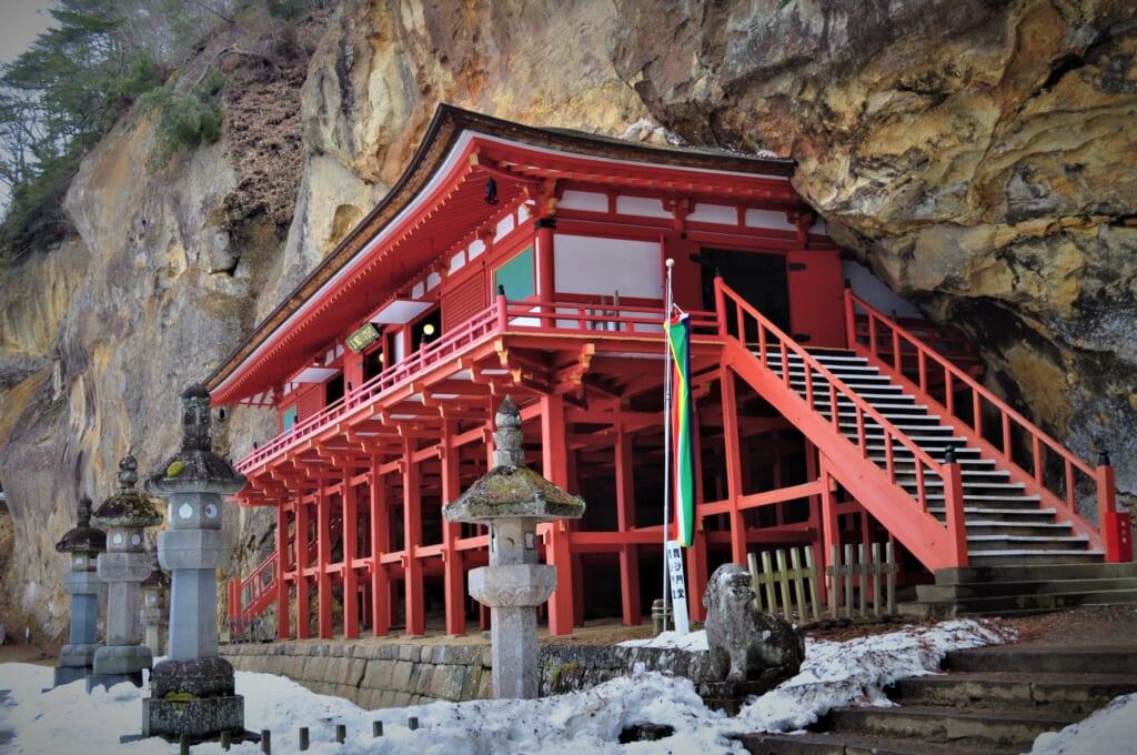 le Takkoku no Iwaya intégré dans la roche