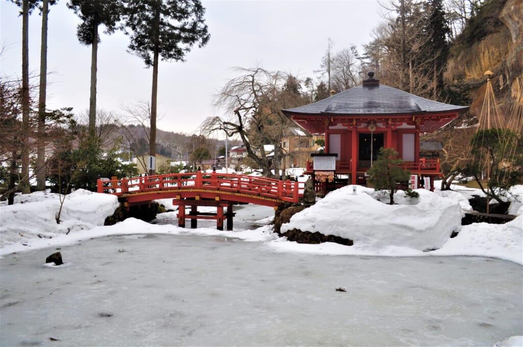 le Takkoku no Iwaya, son pont et son lac gelé
