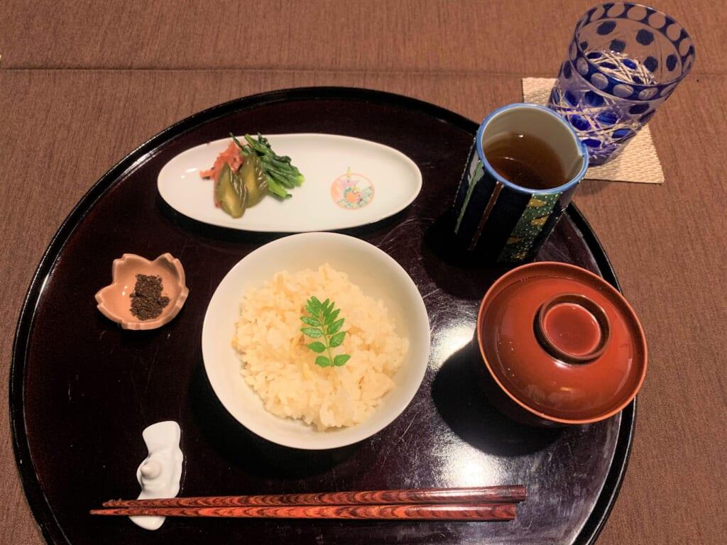 repas japonais servi dans une auberge traditionnelle au Japon