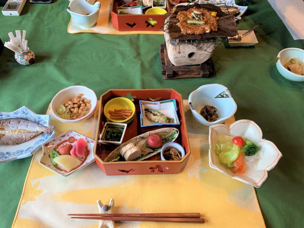 petit déjeuner traditionnel japonais dans une auberge ryokan de la préfecture de gifu