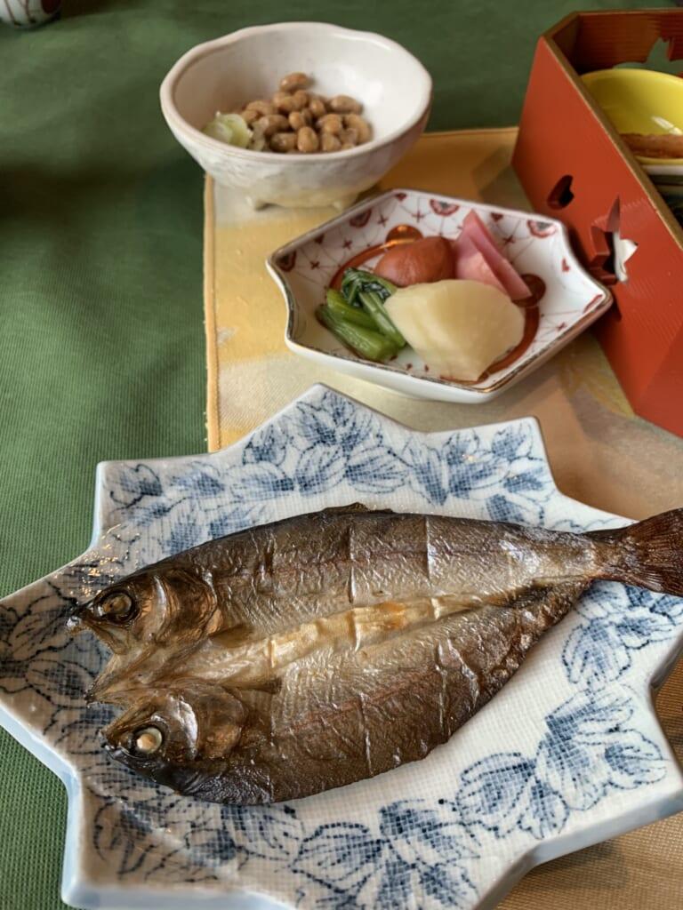 poisson grillé au petit-déjeuner d'un ryokan au Japon