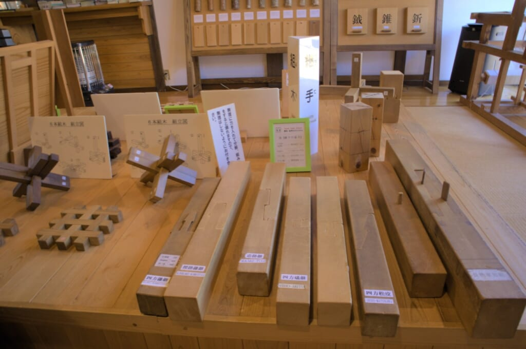 assemblage traditionnel des charpentes de bois au japon