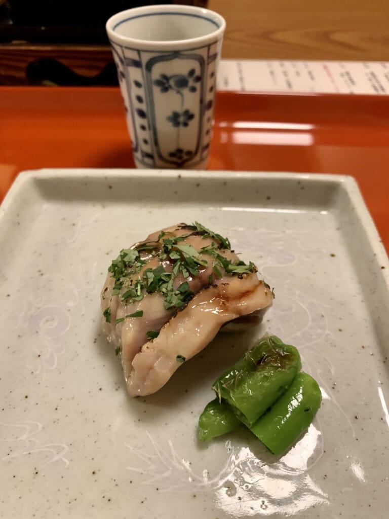 plat japonais sophistiqué servi dans un ryokan