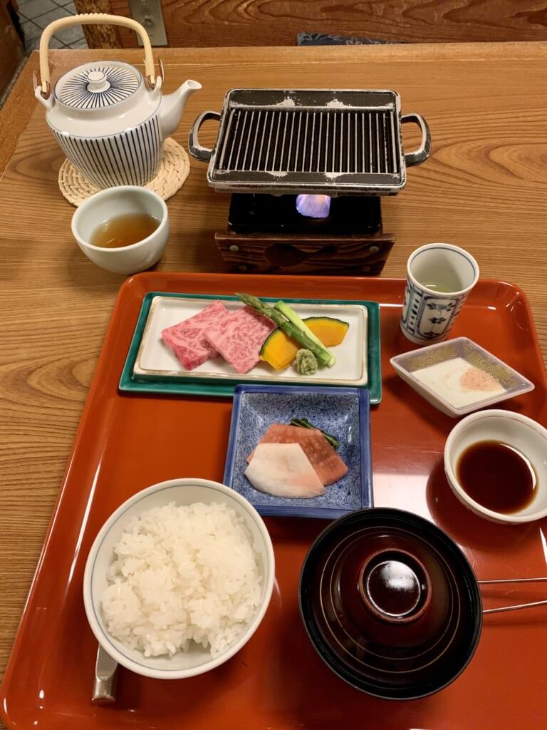 plat de wagyu dans le restaurant d'un ryokan au Japon