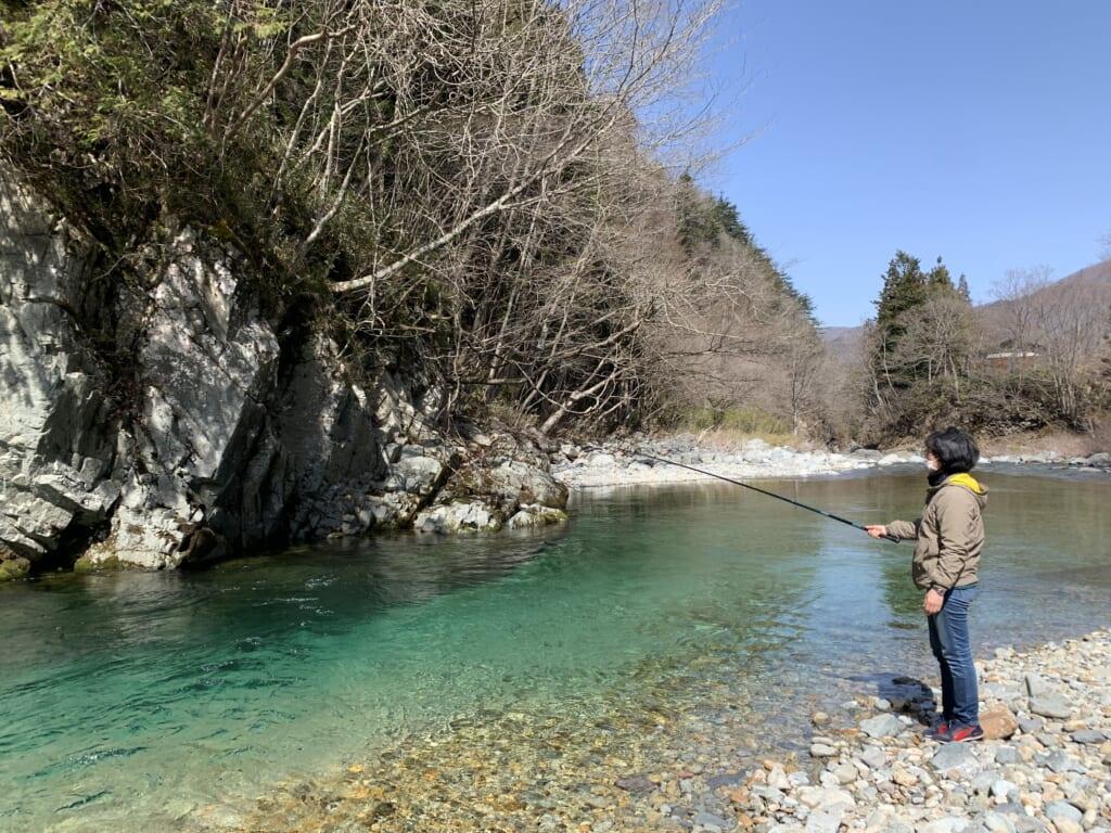 pêche à la truite dans une ricière au Japon