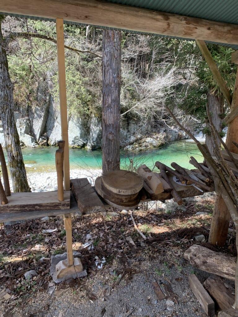 cabane de bois près d'une rivière dans la préfecture de Gifu