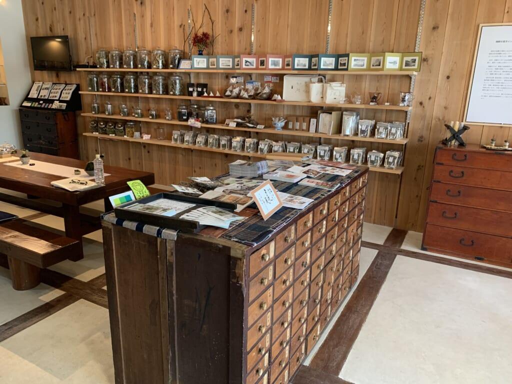 plantes médicinales dans un salon de thé à Hida