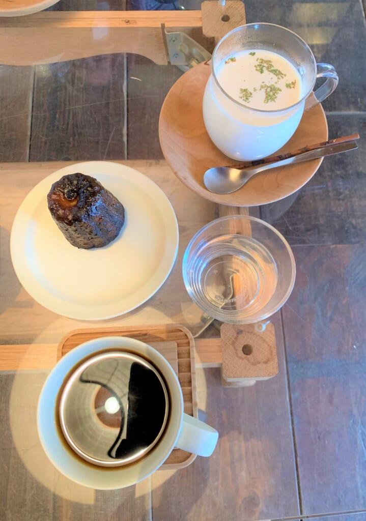 thé aux épices accompagné de cannelé à Hida