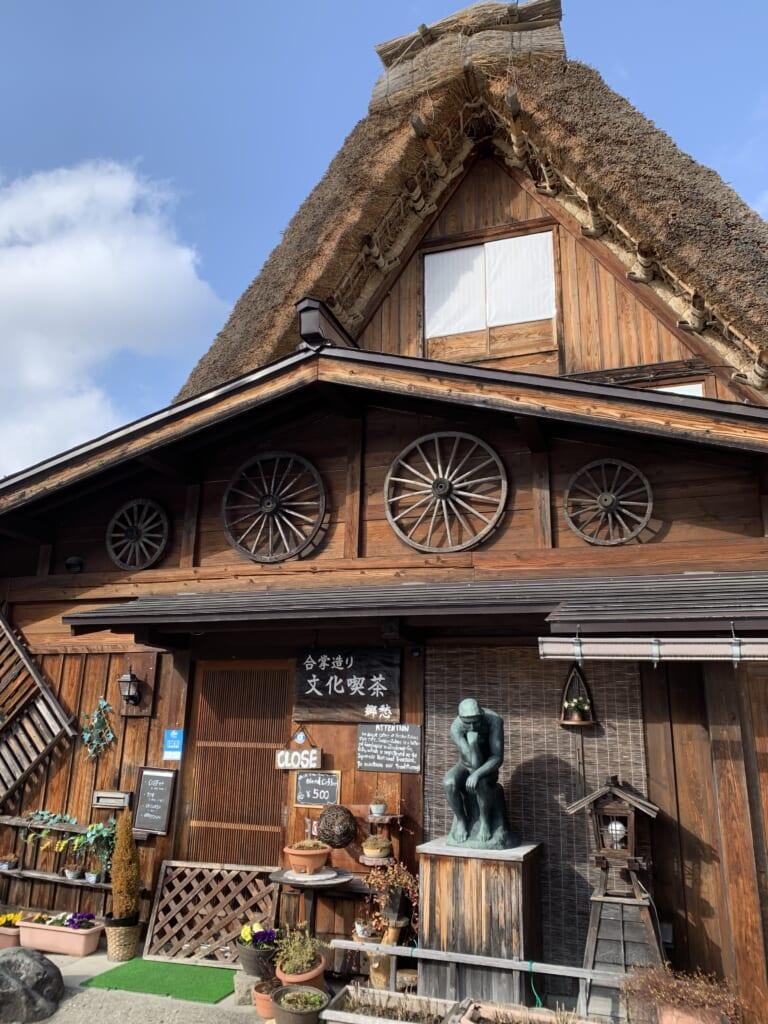 chaumière traditionnelle japonaise dans les montagnes de la préfecture de gifu