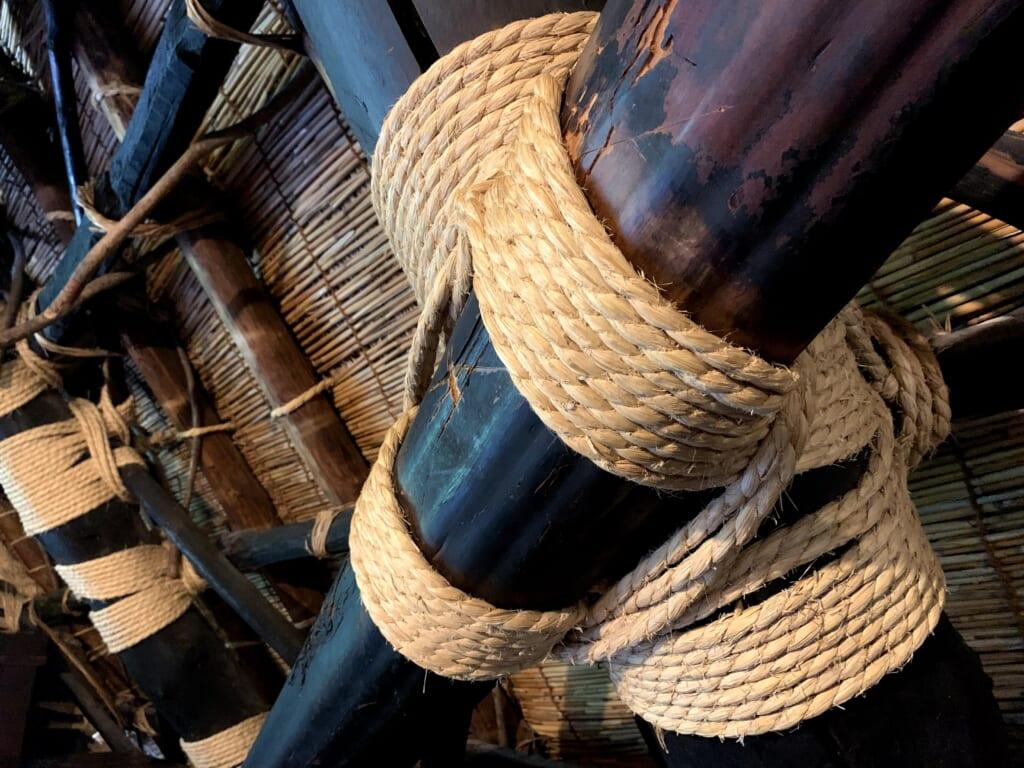 cordage fixant les poutres d'une maison traditionnelle japonaise