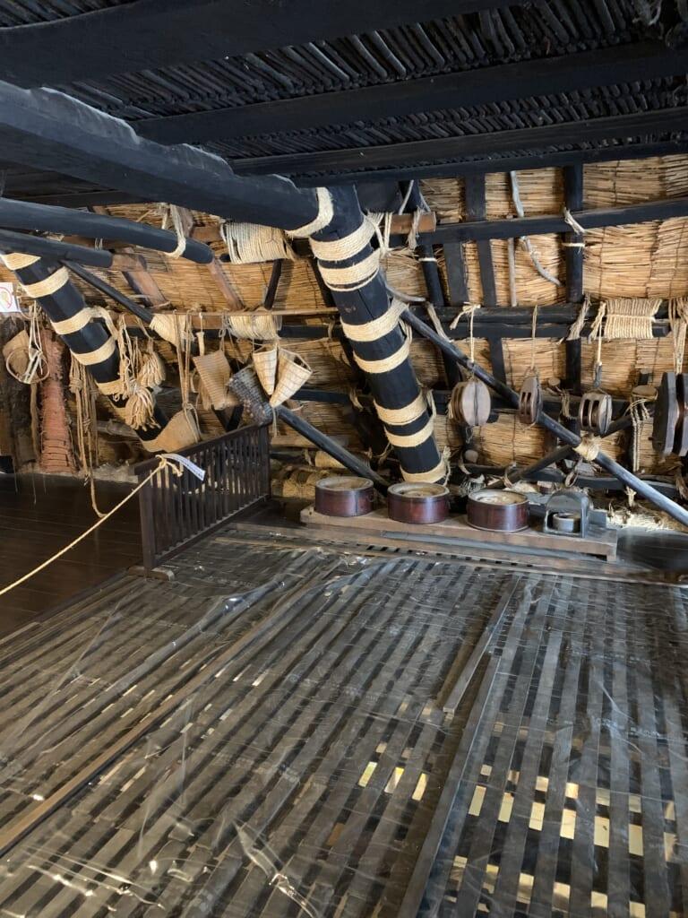 le grenier des maisons de shirakawa-go est aéré pour favoriser la culture des vers à soie