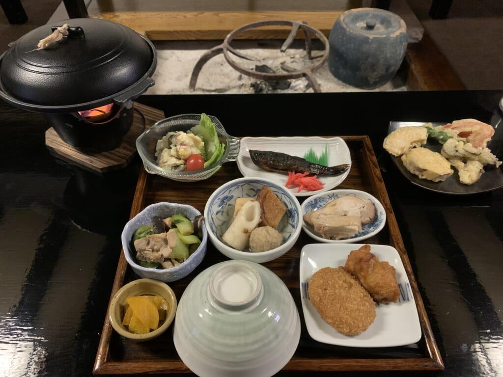 repas traditionnel japonais dans une chambre d'hôtes à shirakawa-go