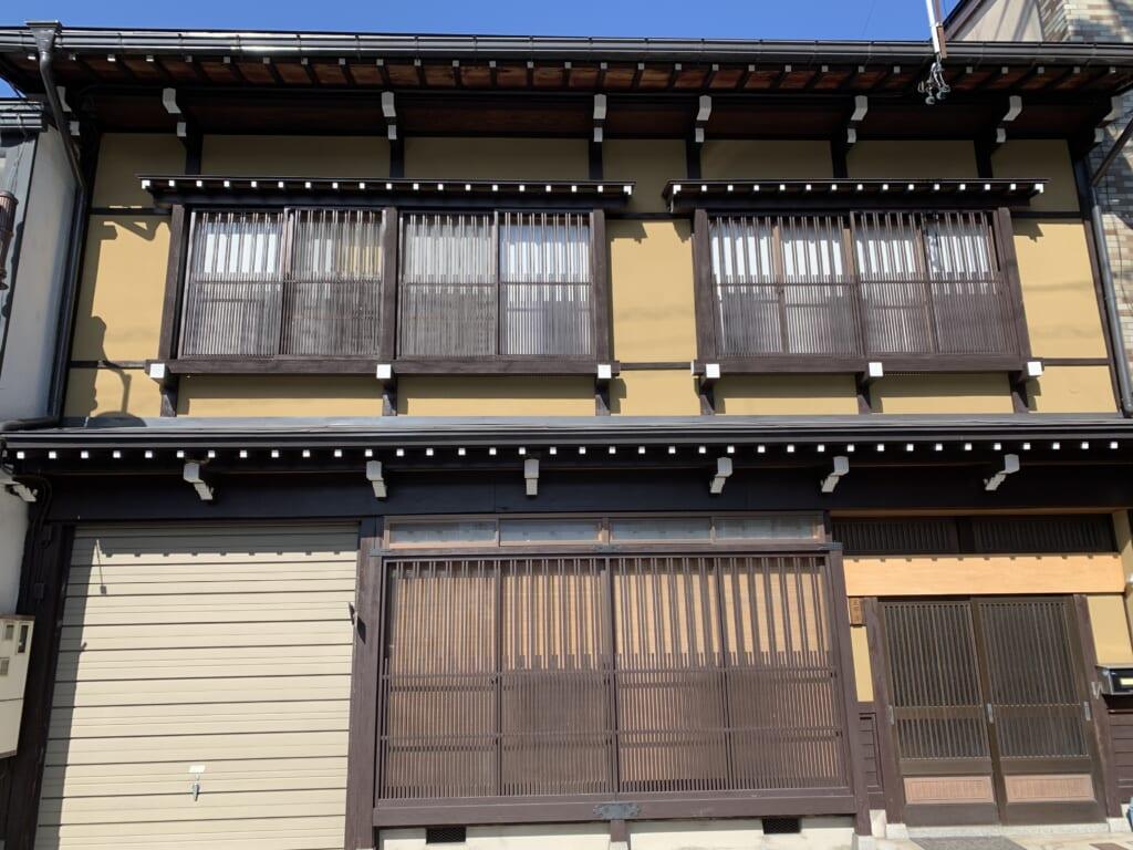 devanture d'une maison japonaise à Hida