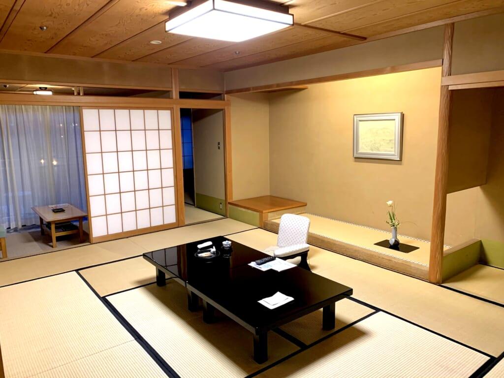 chambre traditionnelle en tatamis d'un ryokan au Japon