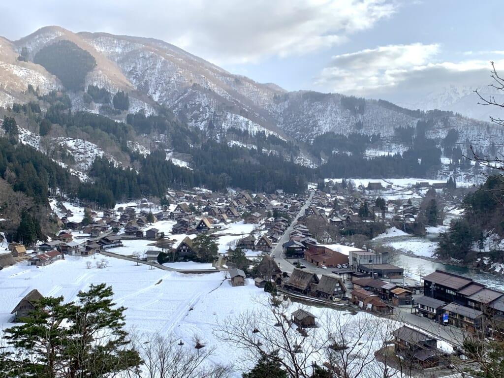 shirakawa-go sous la neige en hiver