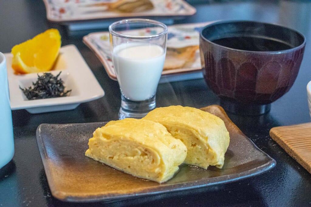 Omelette dashimaki d'un petit déjeuner japonais
