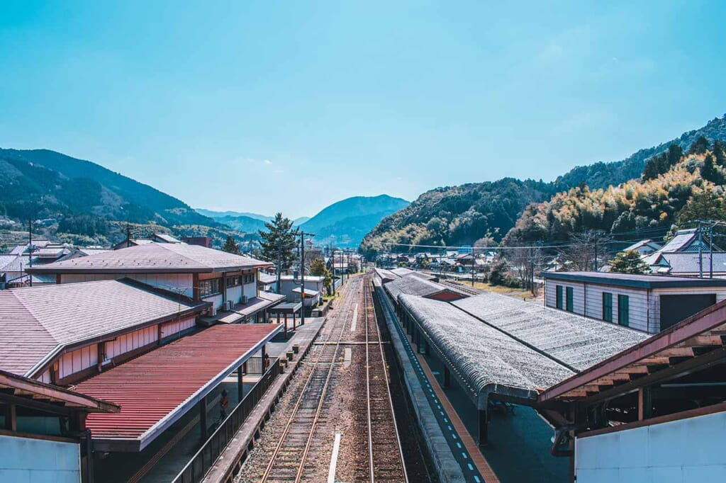 Les rails de la gare de Tsuwano avec les montagnes au loin