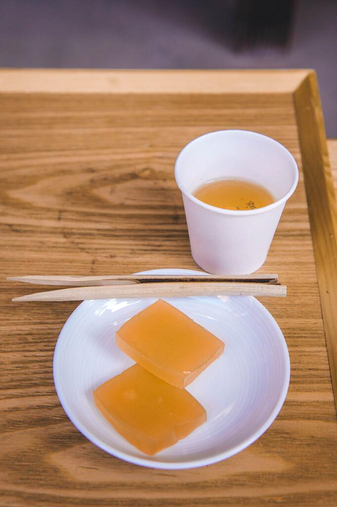 gobelet de thé et pâtisserie japonaise yokan