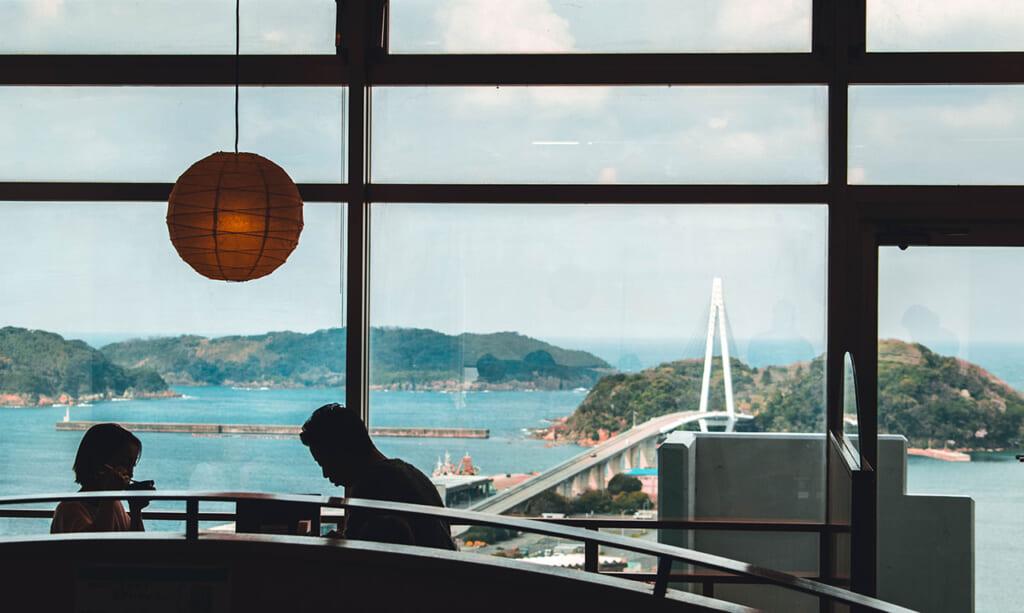 Couple déjeunant dans un restaurant avec vue sur la mer du Japon