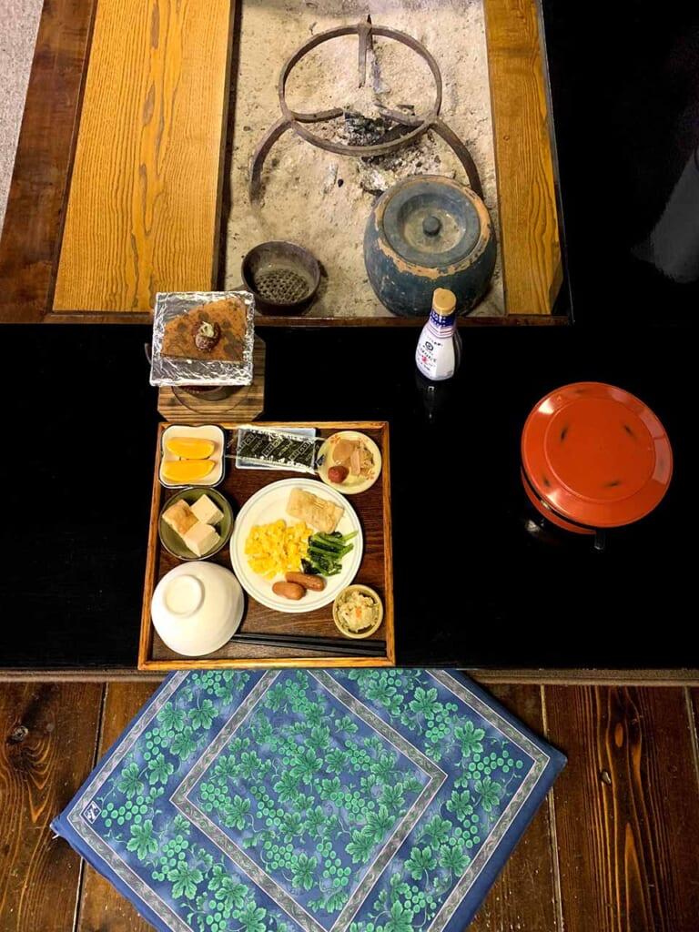 petit déjeuner japonais devant l'irori dans une maison traditionnelle