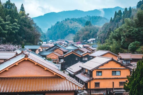 Vue sur les toits du quartier historique d'Omori à Iwami Ginzan