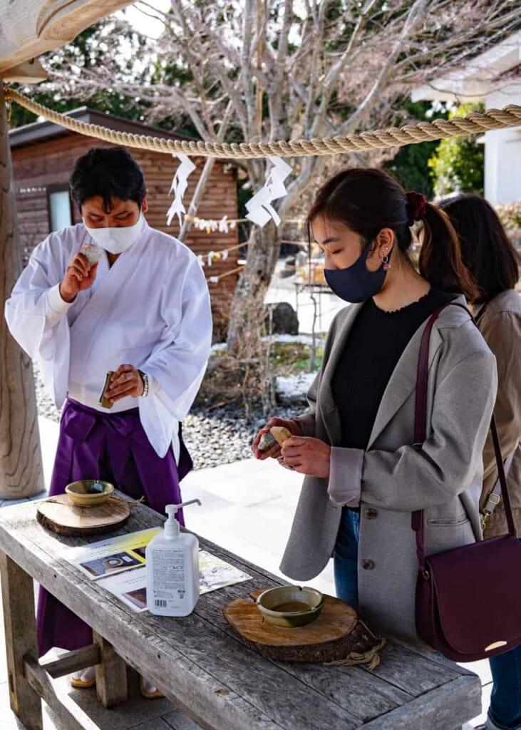 Pour se purifier en temps de COVID, les visiteurs peuvent frapper un silex afin de créer une étincelle purifiante