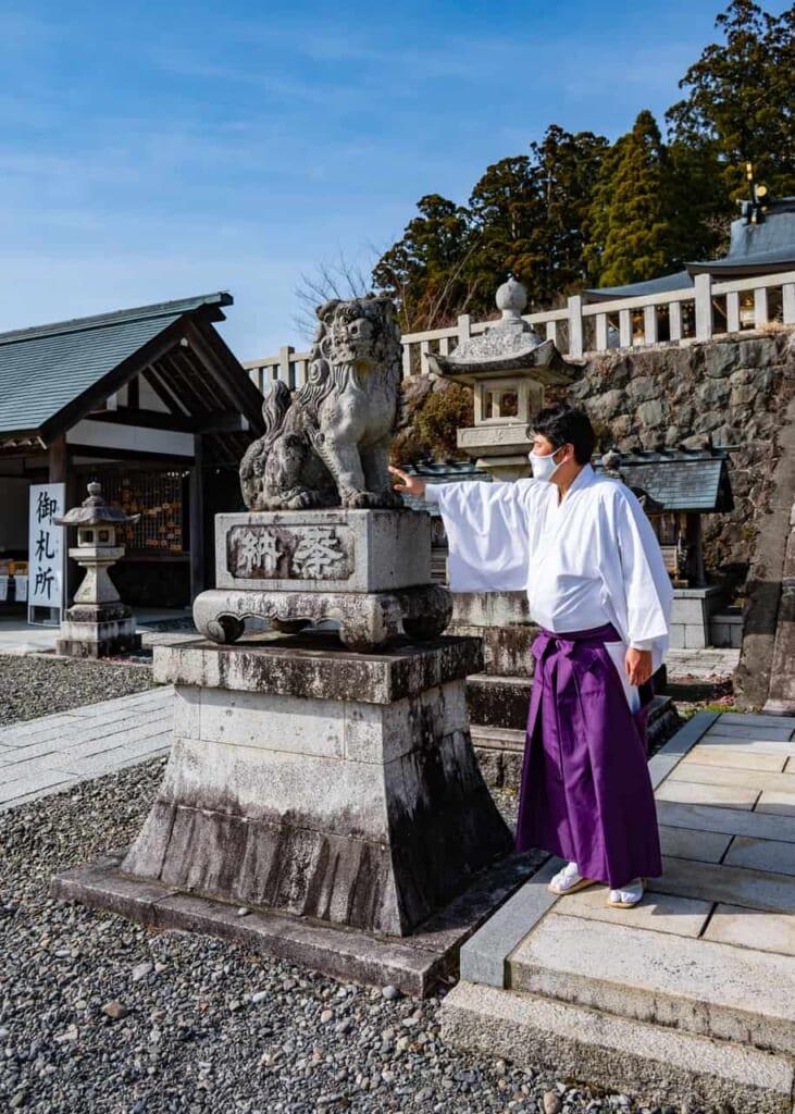 Notre guide Inuzuka-san lors de la visite du sanctuaire