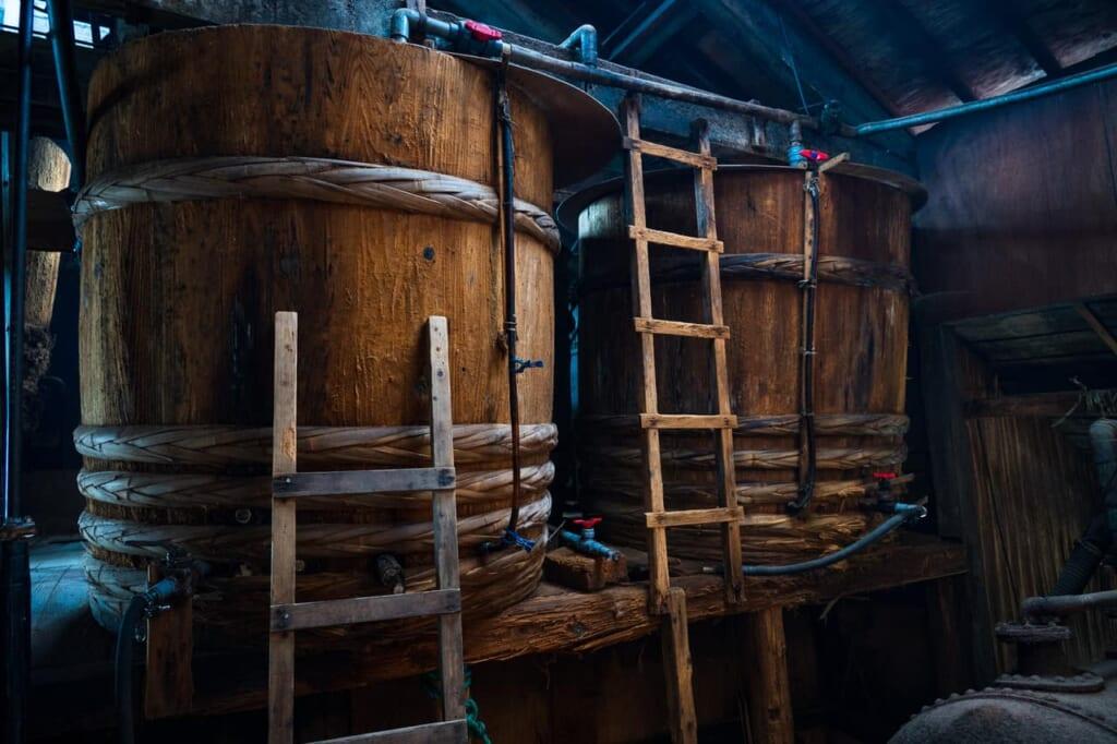 les tonneaux en bois de kioke sont nécessaires pour la saveur umami dans la fermentation de la sauce soja