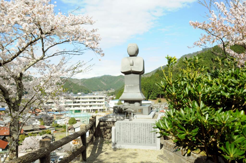 statue en pierre de ryomen sukuna
