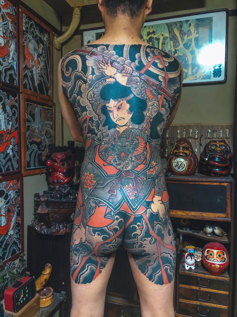 homme avec tatouage kyumonryu