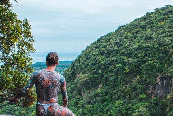 homme tatoué forêt