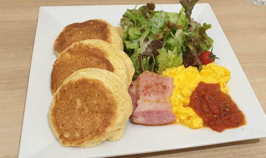 Si vous aimez plutôt le salé, les pancakes japonais peuvent également être revisités en plat !