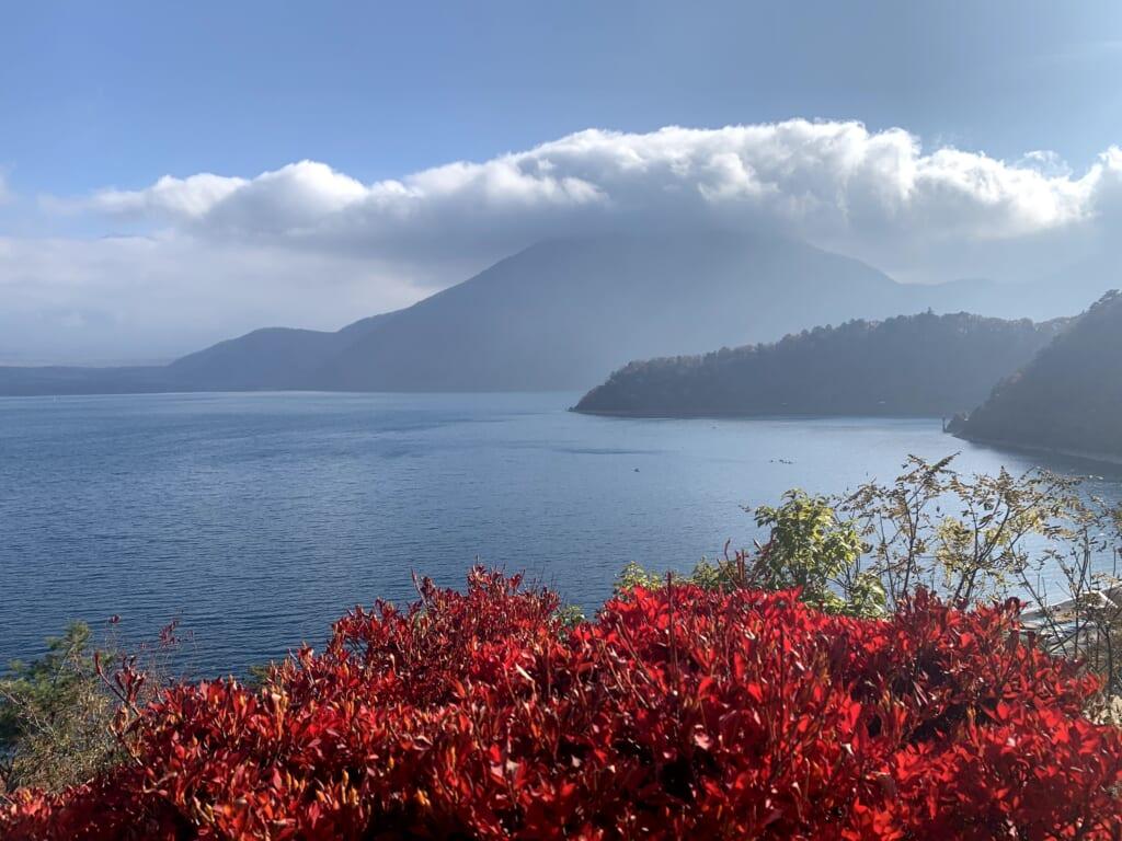 mont Fuji depuis le lac motosu sur l'île de Honshu au Japon