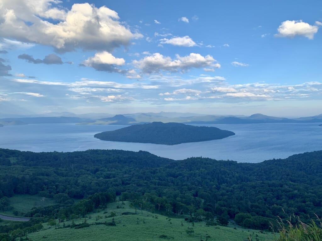 île japonaise au milieu d'un lac
