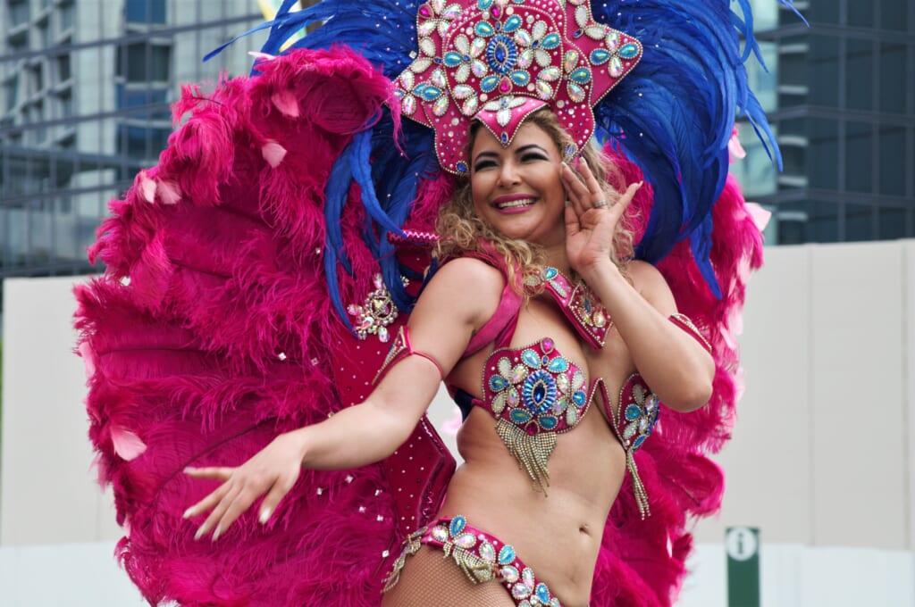 Kobe Samba Festival - danseuse de samba recouverte de plumes et de perles