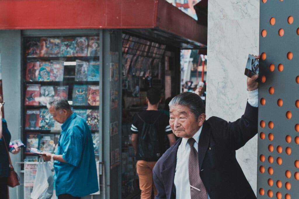 un passant dans le quartier de la Liberdade à São Paulo