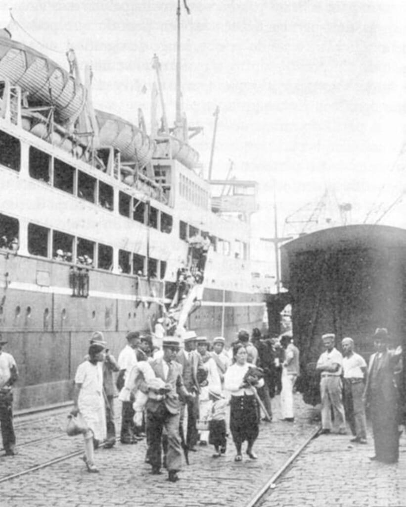 Navire arrivant au Brésil avec des immigrants japonais dans les années 1930
