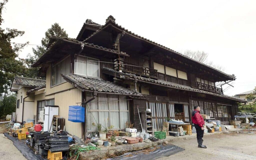 "Nagatoshi ""Naga"" Shiraishi en face de sa maison à Iwaki, dans la préfecture de Fukushima"