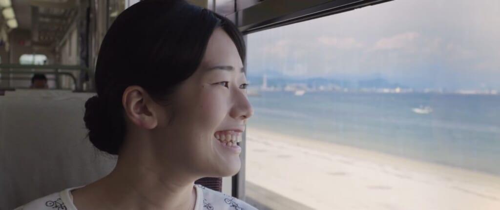 Michiko se réjouissant de voir la mère - Lumières d'été, Jean-Gabriel Périot