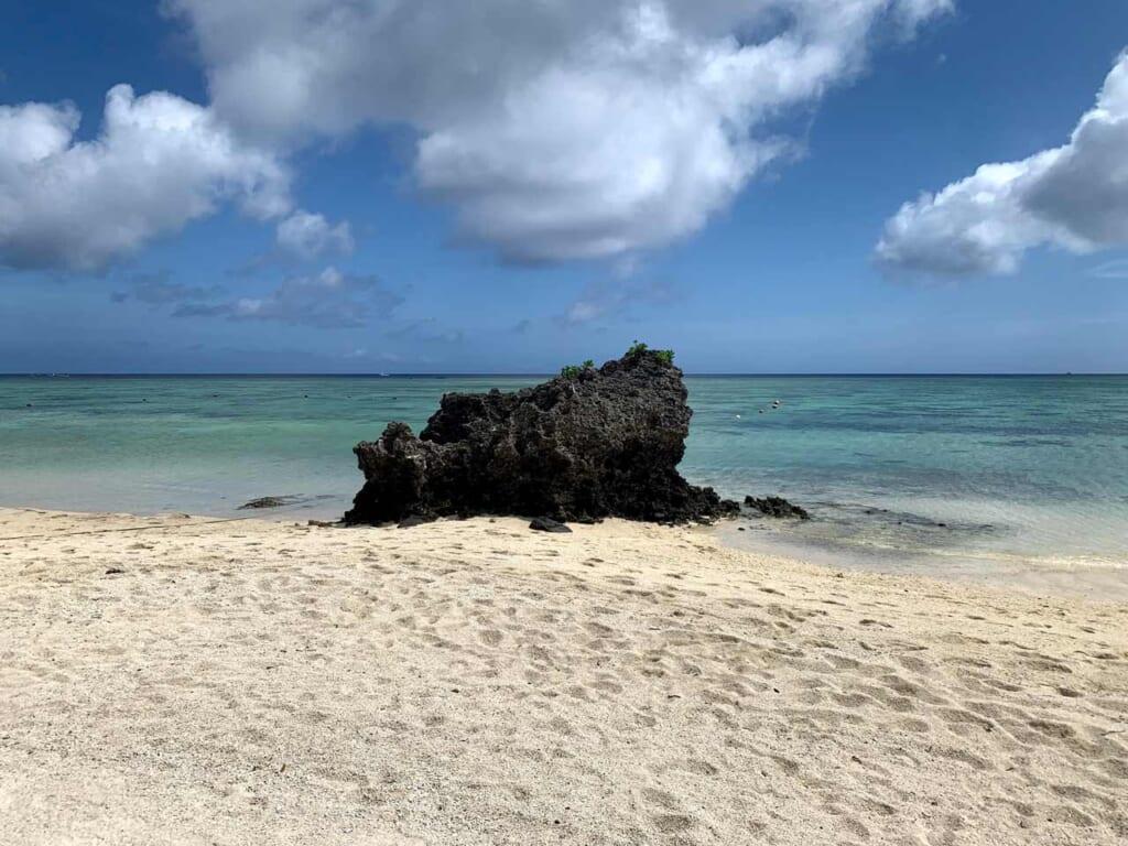 Plage de sable blanc dans l'archipel d'okinawa