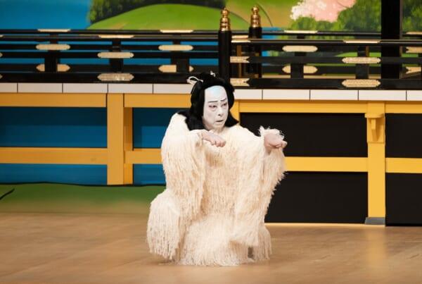 acteur de kabuki costumé en fourrure blanche sur scène