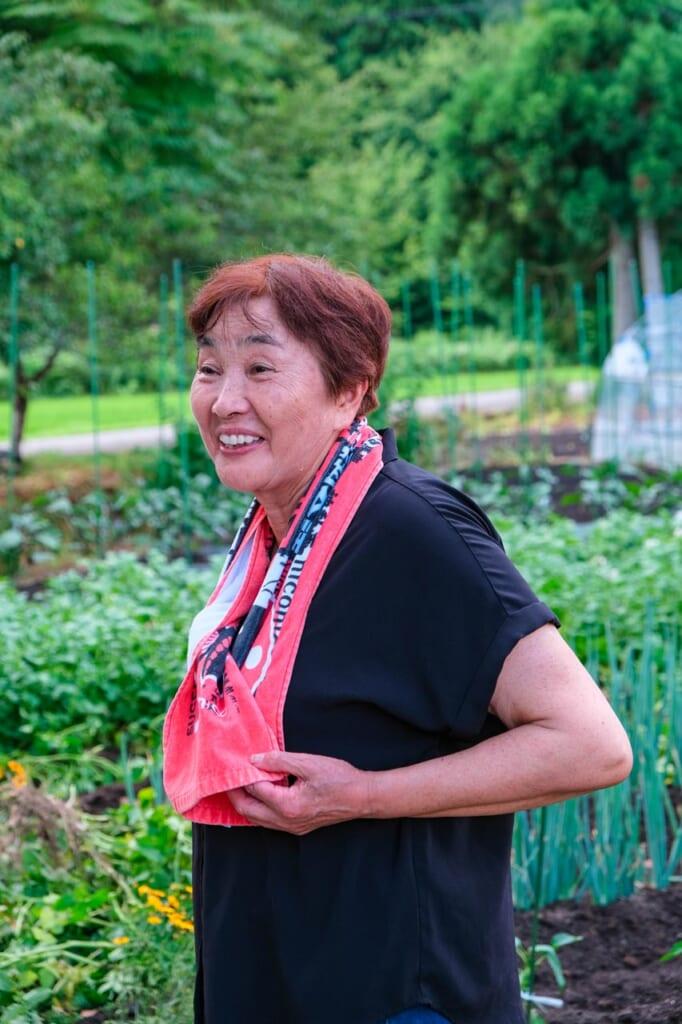 Femme japonaise devant son potager