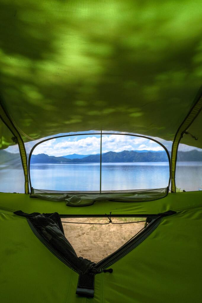 le lac de Tazawako vu depuis l'intérieur d'une tente suspendue Tentsile