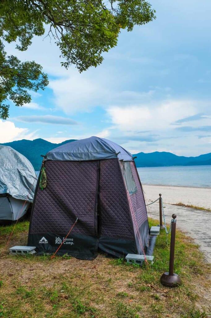 Tente sauna au bord du lac Tazawa à Semboku, Japon