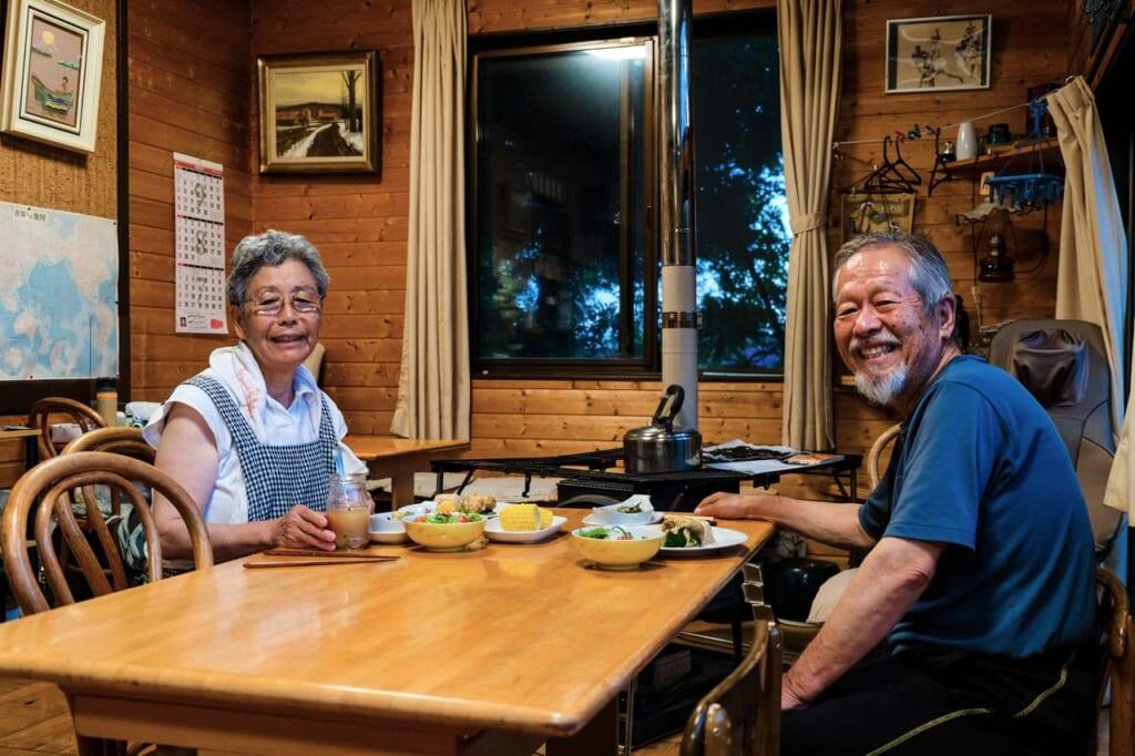 Couple de japonais dans leurs chambres d'hôtes à Semboku