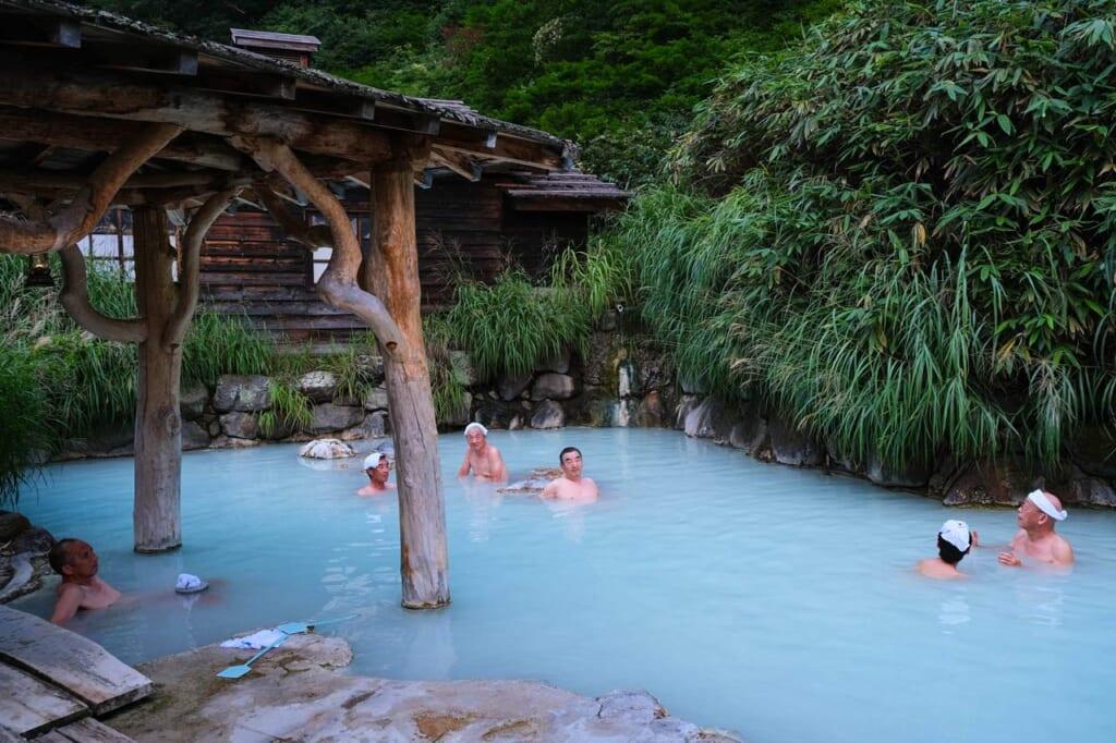 Japonais qui se baignent dans un onsen en plein air à Tsurunoyu, Nyuto Onsen