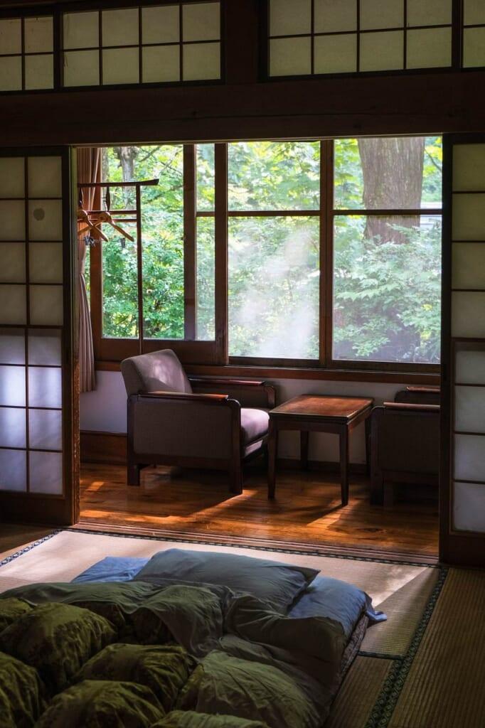 Chambre japonaise dans un ryokan, avec vue sur la forêt