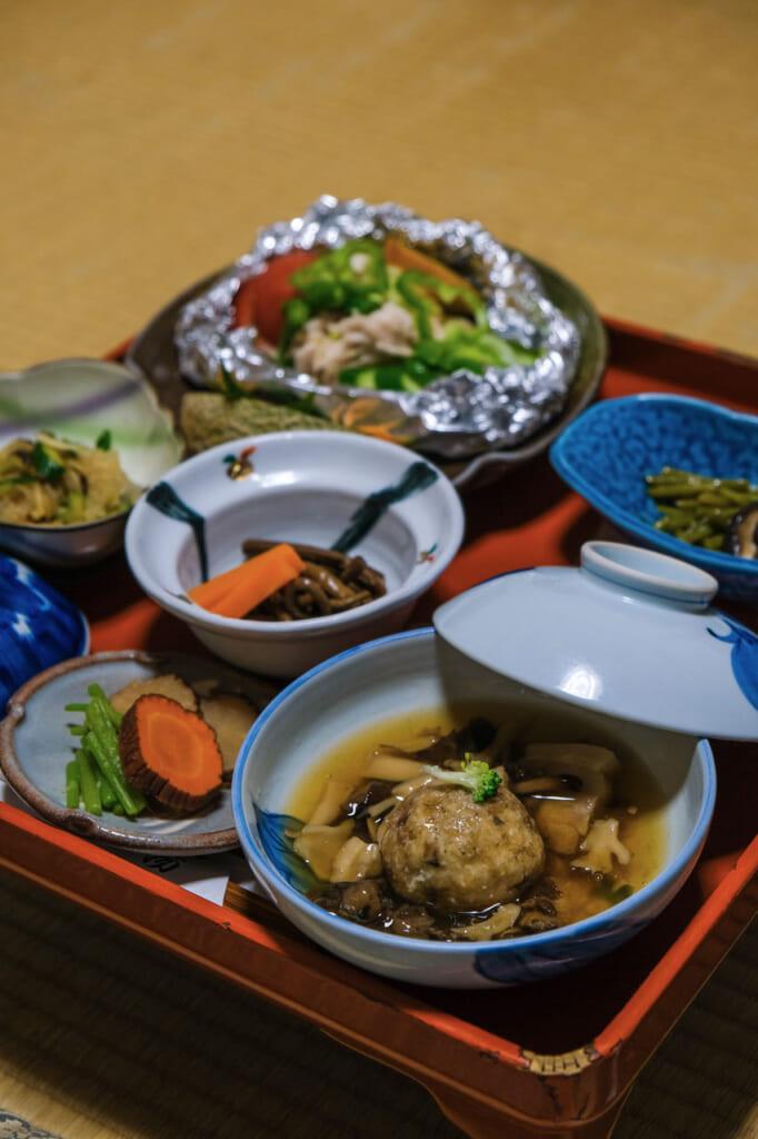 Repas dans une auberge japonaise de montagne