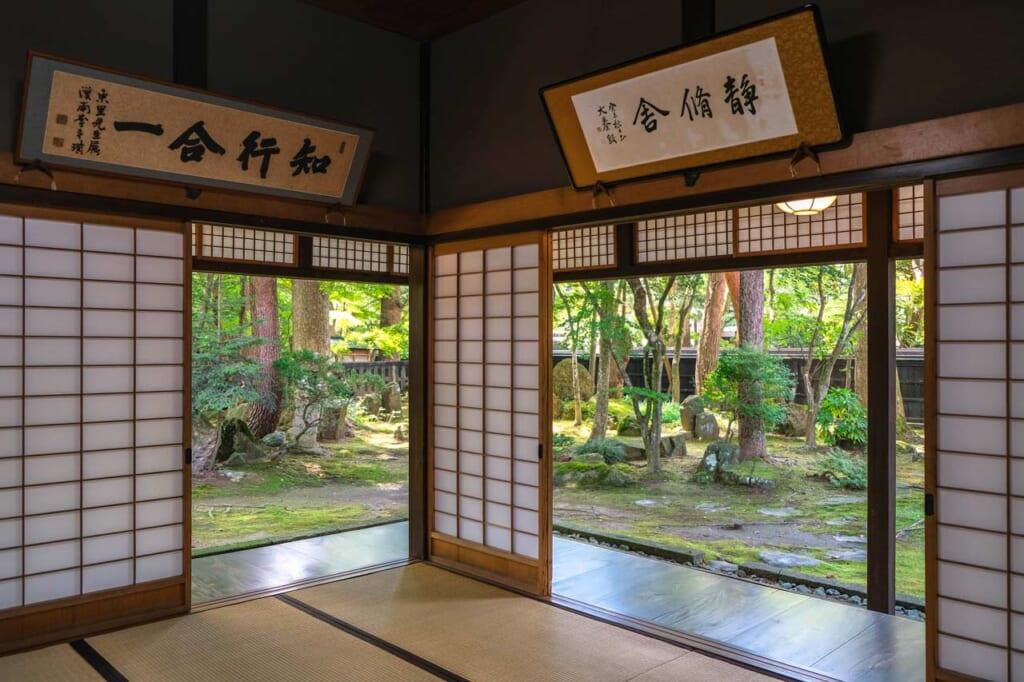 Vue sur le jardin depuis l'intérieur d'une résidence de samouraï