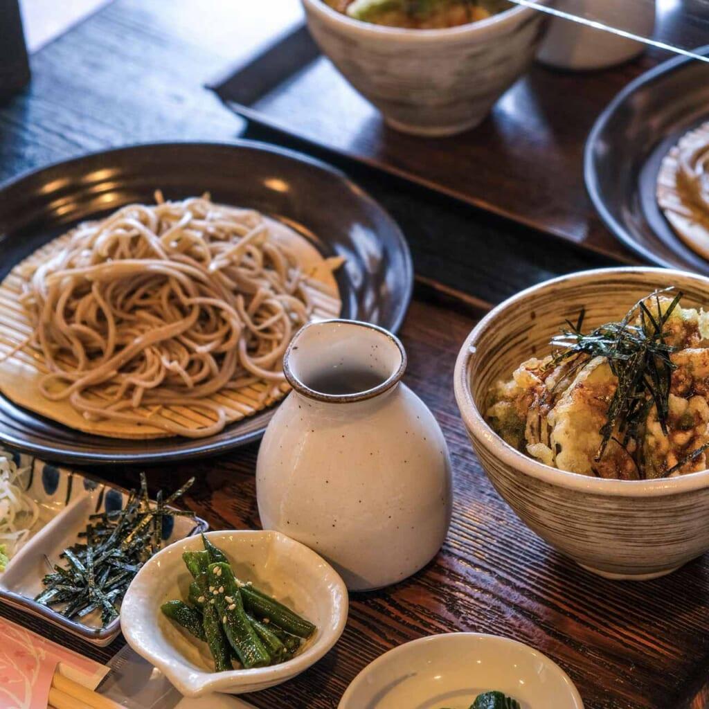 Nouilles soba froides et tempura don dans un restaurant au Japon
